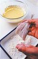 魚介は全体に小麦粉を薄くまぶしてから、ころもをつける。こうすることで、ころもがはがれにくくなる。