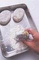 バットに小麦粉、ボールに溶き卵と塩小さじ1/3、こしょう少々、サラダ油大さじ1を混ぜ合わせたもの、別のボールにたっぷりのパン粉を用意する。まず、小麦粉をたねにまぶす。側面にもしっかりとまぶして、8個分まとめて準備する。