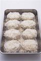 8個すべてにころもをつけ、5分ほどそのままおく。時間をおくと、たねの水分でパン粉が落ち着き、揚げたときにカリッと仕上がる。