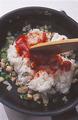 フライパンにサラダ油大さじ1を中火で熱し、鶏肉を炒める。肉の色が変わったら野菜を加え、しんなりとするまで炒める。ご飯を加え、ほぐしながら手早く炒め合わせる。ケチャップがなじんだら火を止める。