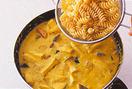 かぼちゃ、ソーセージを加えて2~3分煮たら、エリンギを加えてひと煮し、パスタを加えて混ぜ合わせる。耐熱皿に1/4量ずつ入れてチーズをのせ、230℃のオーブンで表面に少し焼き色がつくまで8~10分焼く。
