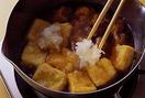鍋に煮汁の材料を入れて中火にかけ、煮立ったら豆腐、鶏肉を入れ、大根おろしをところどころに置く。火を止めて器に盛り、三つ葉をのせる。