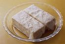 豆腐はペーパータオルに包んで耐熱皿にのせ、ラップをせずに電子レンジで約5分加熱する。さらに皿を2枚のせ、約20分おいてしっかり水けをきる。きくらげは水に約10分つけてもどし、堅い部分を取って細切りにする。えびは殻をむいて竹串などで背わたを取り、粗く刻む。あさつきは小口切りに、すだちは横半分に切る。
