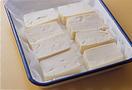 豆腐は一丁を横に6等分に切り、ペーパータオルを敷いたバットにのせ、1~2分おいて水けをきる。にんじんは皮をむき、たけのことともに長さ4~5cmのせん切りにする。ピーマンは縦半分に切ってへたと種を取り、縦にせん切りにする。しいたけは軸を取って薄切りにする。