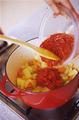 鍋にオリーブオイルを弱火で熱し、にんにくを入れて炒める。香りが立ったら中火にして、玉ねぎ、にんじん、セロリを加え、少し色づいたら、あさり、白ワイン、トマト缶詰、洋風スープを入れる。煮立ったら、スプーン2本で、たねを直径2cmほどのボール形にまとめながら落とし入れ、えび、いか、ブロッコリーを加える。塩小さじ1/2、こしょう適宜を入れて混ぜ、具に火が通ったら、取り分けていただく。