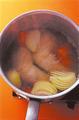鍋に水6カップ、スープの素、酒大さじ1と、具の鶏肉、玉ねぎ、にんじんを入れる。強火にかけて煮立て、アクをていねいに取り除く。