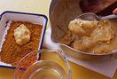 水でぬらしたスプーンで生地を1/12量ずつすくい、きなこ、抹茶、砂糖のバットにそれぞれ4個ずつ入れてまぶし、皿に盛る。