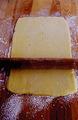 まな板に打ち粉をして生地を置き、粉をまぶしためん棒で厚さ3mm、15×25cmほどの長方形にのばす。残りも同様にする。