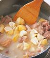 鍋にバター大さじ2を弱火で溶かし、玉ねぎを炒める。しんなりしたら鶏肉を加えて炒め、小麦粉大さじ2をふり入れ、粉けがなくなるまで2~3分炒める。水1カップ、スープの素を加えて混ぜ、栗と牛乳を加える。弱火のまま15~20分、栗が柔らかくなりとろみがつくまで煮る。途中、煮つまってきたら水少々を加える。