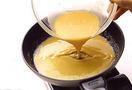 1人分ずつ焼く。直径20cmくらいのフライパンにサラダ油小さじ1を中火で熱し、全体になじませてからバター小さじ1を加える。バターが半分溶けたら、卵液の1/2量をいっきに流し入れる。