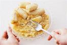 バナナは皮をむいて平たい器に入れ、フォークでつぶしてピューレ状にする。