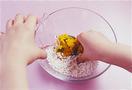 ボールに白玉粉、塩、かぼちゃを入れ、水70mlを少しずつ加えて指で粒をつぶすようにし、水分が粉となじむまで混ぜる。