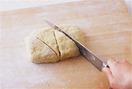 【1】の生地を16×10cmくらいの長方形に整え、三角形になるように4等分に切る。オーブンの天板にオーブン用シートを敷き、生地を間隔をあけて並べる。200℃のオーブンで20~25分焼く。器に盛り、好みでメープルシロップをかけていただく。