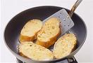 フライパンにサラダ油、バター各大さじ1を中火で熱して1を4枚並べる。2分ほど焼いて焼き色がついたら裏返し、さらに1分ほど焼いて取り出す。残りも同様にして焼いて裏返し、フライパンにのせたままハム、チーズを1枚ずつ重ね、焼いておいたバゲットを1枚ずつのせる。ふたをして1~2分焼き、チーズが溶けたら取り出して器に盛る。あればバジルの葉を1枚ずつのせ、ケチャップ適宜を添える。