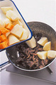 肉の色が変わったら、じゃがいも、玉ねぎ、にんじん、しらたきを加えてさっと炒め合わせる。