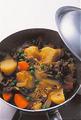 火を止め、再びふたをして、粗熱が取れるまで20~30分そのままおいて味をなじませる。再び火にかけ、温めなおしてから器に盛る。