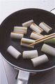 ねぎは長さ3cmに切る。フライパンにねぎを入れ、中火で両面にかるく焦げ目がつくまで焼く。