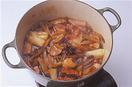ゆでた豚肉を、厚さ1cmに切る。鍋に豚肉、煮汁の材料と、1のゆで汁2カップを入れて火にかけ、煮立ったら弱火にしてアクを取り、落としぶた(なければアルミホイルを鍋の口径に合わせて切り、真ん中に穴をあけたものでも)をして20分ほど煮る。ごぼう、ねぎを加えて30分ほど、ほとんど汁けがなくなるまで煮る。