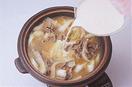 鍋に牛肉、洋風スープの素と、水3カップを入れて火にかけ、煮立ったら弱火にしてアクを取る。ねぎ、白菜のしんを加え、みそ大さじ3~4を溶き入れて、豆乳、うどんを入れる。白菜の葉、ブロッコリーを加え、野菜がしんなりしたらいただく。