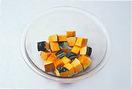 かぼちゃは種とわたを取り、2cm角に切る。耐熱のボールにかぼちゃを重ならないように入れ、ふんわりとラップをかけて、電子レンジ(600W使用)で5分ほど加熱する。取り出して、熱いうちにマヨネーズ大さじ2、しょうゆ小さじ1を加え、スプーンでかるくつぶしながら全体を混ぜ合わせる。