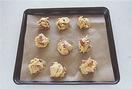 生地を1/9量ずつスプーンですくい、別のスプーンで押し出すようにして、間隔をあけて天板にのせる。180℃のオーブンで15分ほど焼き、全体に焼き色がついたら、ケーキクーラーなどにのせてさます。