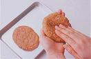 たねを作る。別のボールに、ひき肉、焼き肉のたれ大さじ3、パン粉1/2カップを入れてよく練る。2等分にして、厚さ1cmほどの平たいだ円形に、中央をやや薄くしながら形を整え、小麦粉を薄くまぶす。