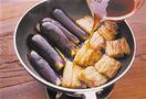 フライパンを弱めの中火で熱し、豚肉を重ならないように並べ入れて、返しながら両面を焼く。こんがりと焼き色がついたら肉を寄せ、あいたところに、なすを皮目を上にして入れる。なすを返しながら焼き、脂がなじんだら煮汁を注いで、中火のまま13~14分煮る。