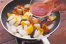 フライパンにサラダ油大さじ2を中火で熱し、さばを入れて返しながら焼く。カリッとしたら、パプリカ、玉ねぎを加えて炒め合わせ、玉ねぎが透き通ったら、甘酢を加える。手早く混ぜて全体にからめ、器に盛る。