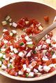 ボールにトマト、たこ、きゅうり、オリーブオイル、レモン汁と、塩小さじ1/2、粗びき黒こしょう少々を入れて、よく混ぜ合わせる。