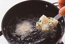 ボールに【1】の具を入れ、小麦粉1/2カップをふり入れて全体にからめる。冷水大さじ3~4を加えて菜箸で混ぜ、ぼってりとしたたねを作る。揚げ油を中温(170℃。ころもを数滴落とすと、鍋底近くまで沈んで、すぐに浮いてくる程度)に熱し、たねを大きめのスプーンですくって油に落とし入れる。菜箸でときどき返しながら2~3分、からりとするまで揚げる。油をきって皿に盛り、好みで塩少々をつけ、レモンを絞っていただく。