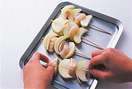 玉ねぎを竹串1本につき3切れずつになるように、かるくほぐして等分にする。帆立て2切れとともに交互に串に刺し(厚みをなるべくそろえると均一に火が通る)、具と具がくっつかないように、少しずつずらしてすきまをあける。両面に塩、こしょう各少々をふり、小麦粉、溶き卵、パン粉の順にころもをつける。