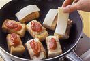 フライパンにサラダ油大さじ2を入れて中火で熱し、2を巻き終わりを下にして並べる。途中、裏返して全体に焼き色がつくまで焼き、弱火にしてトマトケチャップを小さじ1ずつ塗り、スライスチーズを1切れずつのせる。ふたをして30秒焼いたら皿に盛り、パセリを散らす。