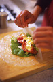 ゆで卵は粗く刻む。ボールに卵と、マヨネーズ大さじ1と1/2を入れて混ぜる。トマトは幅7mmに切る。レタスは幅1cmに切る。フライパンにサラダ油小さじ1を強めの中火で熱し、ベーコンの両面をカリッと焼く。ライスペーパーをもどして、サラダ菜を敷き、レタス、トマト、ベーコンとマヨネーズであえた卵を1/2量ずつのせて巻く。