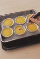 ナイフを表面に刺し、液体が出てこなければ焼き上がり。粗熱が取れたら冷蔵庫で冷やす。プリンの表面を指で押さえ、型との間に空気を入れる。カラメルが端からにじみ出てきたら、皿をかぶせ、型と皿を押さえてひっくり返し、全体を左右に振って型をはずす。 ※プリンは冷蔵庫で保存し、当日中または翌日までに食べてください。