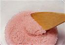 餅を混ぜる ラップをはずし、木べらで全体をざっと混ぜ合わせる。