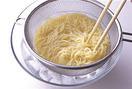 湯3リットルを沸かして塩大さじ1と1/2とパスタを入れ、袋の表示どおりにゆでる。ざるに上げ、氷水にとって洗い、しっかり冷やす。ふきんなどで水けを拭き、【1】のボールに入れてあえる。1/2量ずつ器に盛り、ルッコラと葉野菜を添える。