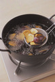 揚げ鍋にさつまいもを入れ、かぶるくらいの油を注いで中火にかける。菜箸でときどき混ぜながら油を中温に熱し、切り口がきつね色になるまで5~6分揚げる。ペーパータオルに取り出して油をしっかりきり、器に盛る。はちみつを好みの量回しかけ、黒いりごまを散らす。