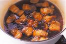 角煮を作る。豚肉は幅2cmに切る。フライパンにサラダ油小さじ1を中火で熱し、豚肉を入れて、表面全体を焼きつける。脂をきって鍋に移し、しょうが、だし汁、酒を入れて強火にかける。煮立ったら弱火にしてアクを取り除き、落としぶた(オーブン用シートを鍋の口径に合わせて切り、真ん中に穴をあけたものでも)をして15~20分煮る。煮汁が約2/3量になったら、残りの角煮の材料を加え、さらに15~20分煮る。