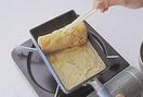 ぬれぶきんを用意する。卵焼き器を中火で熱し、サラダ油を薄くひく。卵液の1/5量を流し入れて全体に広げ、表面が乾いてきたら、菜箸でくるくると手前に巻いてから、向こう側に寄せる。卵焼き器をぬれぶきんにのせて、底を少しさまし(こうすると焦げにくくなる)、残りの卵液の1/4量を流し入れて、焼いた卵の下にもいきわたらせ、同じように手前に巻いてから向こう側へ寄せる。残りの卵液も2~3回に分けて同様に焼き、卵焼き器の中で全体を押さえて形を整える。ざるなどにのせてさまし、食べやすく切り分ける。