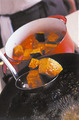 2の鍋を弱火で7~8分煮ている間に、かぼちゃとなすを揚げる。揚げ油を中温に熱し、かぼちゃを入れて表面にかるく揚げ色がつくまで2~3分揚げ、油をきって鍋に加える。続けて揚げ油になすを入れ、1~2分揚げて油をきり、鍋に加える。