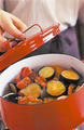 鍋にローリエと、塩小さじ1を入れて、かぼちゃとなすが、くずれないようにそっと混ぜる。中火にしてふたをし、煮立ったら、さらに10分ほど煮る。ふたを取ってさらに5分ほど煮て、塩、こしょう各少々で味をととのえ、火を止める。粗熱を取り、密閉容器に入れて冷蔵庫で保存すれば、3~4日はおいしくいただける。