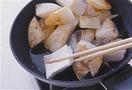 フライパンを弱めの中火で3~4分熱し、ごま油大さじ1を入れてなじませ、大根を並べて3分ほど焼く。大根を裏返してフライパンの奥に寄せ、手前のあいたところにぶりを並べ入れて、両面を2分ずつ、こんがりと焼き色がつくまで焼く。ぶりから出た脂をペーパータオルで拭き取る。