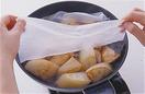 合わせ調味料を回しかけて全体にからめ、照りが出てきたら水1/2カップを注ぐ。煮立ったら、水でぬらしたペーパータオル2枚を重ねて、全体をおおうようにかぶせる。ペーパータオルの上に大根の葉を広げてのせ、弱火で15分ほど煮る。大根の葉を取り出してペーパータオルを取り、木べらでそっと全体を返してひと煮する。器に盛り、大根の葉をのせる。