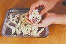 ご飯が炊き上がったら、全体をさっくりと混ぜる。手を水でぬらして、ご飯の1/10量をとり、1の梅かつおの1/10量を具にして、丸くにぎる。残りも同様に作る。バットにおぼろ昆布を広げ、おむすびを1個ずつのせ、全体にまぶしつける。あれば好みの漬けものを添える。
