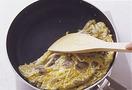 フライパンにごま油大さじ2を中火で熱し、にんにくを炒める。香りが立ったらマッシュルーム、もやしを入れて炒め、もやしが半透明になったら、塩、こしょう各少々をふる。溶き卵を回し入れ、フライパンを大きく揺すりながら混ぜて、半熟状になったら弱火にする。木べらで半分に折って半月形に形を整え、火を止める。器に盛って、たれ、あればサニーレタスを添える。