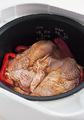 炊飯器の内がまに米を入れる。水360mlを注ぎ、塩小さじ1/2を加えてかるく混ぜる。まわりにパプリカをのせ、真ん中に鶏肉を皮目を上にしてのせて、普通に炊く。炊き上がったら、鶏肉を取り出して食べやすく切る。器に盛ってパプリカを添え、ピリ辛ソースをかける。ご飯に万能ねぎと、ごま油大さじ1を加えて全体をさっくりと混ぜ、茶碗に盛る。