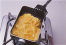ボールに卵を割りほぐし、砂糖大さじ1と1/2、塩少々を入れて混ぜ合わせる。卵焼き器(なければ小さめのフライパン)にサラダ油少々を入れて中火で熱し、卵液を流し入れる。菜箸でかき混ぜながら焼き、半熟状になったら弱火にし、ふたをして5分焼く。裏返してふたをし、2~3分焼く。まな板に取り出し、粗熱が取れたら1cm角に切る。