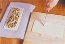 パイシートを冷凍庫から取り出し、1~2分おく。パイシート2枚を一組にし、ミートパイを2個作る。1枚を長さ20cmくらいに切ったオーブン用シートにのせる。上下左右の端を2.5~3cm残して、2の具の1/2量を広げる。もう一枚をまな板の上に横長に置き、具を広げたときと同様に、上下左右の端を残して、包丁で縦に約7mm間隔で切り込みを入れる。具をのせたパイシートの上に、切り込みを入れたパイシートをかぶせ、フォークの背で端を押さえて閉じる。残りも同様に作る。表面に刷毛で卵黄を塗り、オーブン用シートごと天板にのせて、210℃のオーブンで15分ほど焼く。