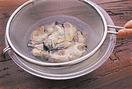 かきはざるに入れ、塩水(水3カップに対して塩大さじ1が目安)をはったボールにつけて振り洗いし、水けをきる。エリンギは長さを半分に切り、太いものは縦半分に切ってから、縦に幅3mmに切る。