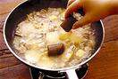水1カップを注ぎ、煮立ったら火を弱めて10分ほど煮る。カレールウを加えて煮溶かし、しょうゆ小さじ1を加えてひと煮し、とろみがついたら火を止める。器にご飯を等分に盛り、カレーをかけて、ラー油を好みの量かけていただく。